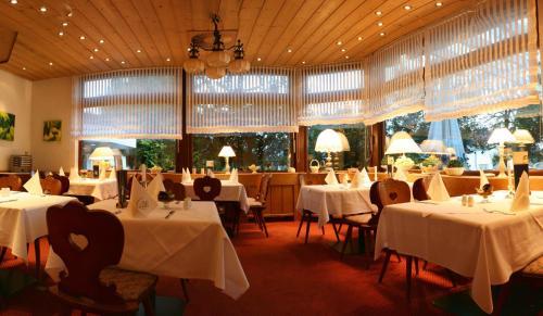 Ein Restaurant oder anderes Speiselokal in der Unterkunft Landhotel Sonnenbühl