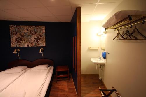 Säng eller sängar i ett rum på Hotell Linnéa