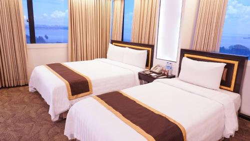 A bed or beds in a room at Bayview Park Hotel Manila
