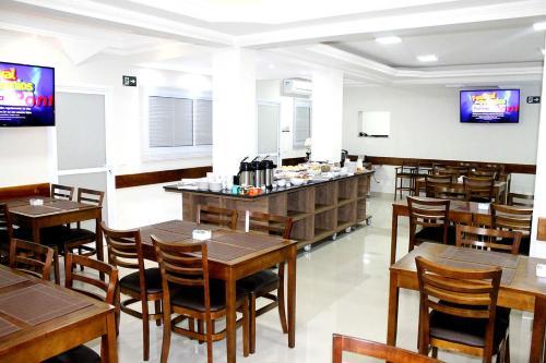 Um restaurante ou outro lugar para comer em Avare Plaza Hotel Plus