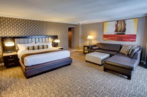 A bed or beds in a room at Golden Nugget Hotel & Casino