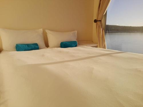 A bed or beds in a room at Kraalbaai Luxury House Boats
