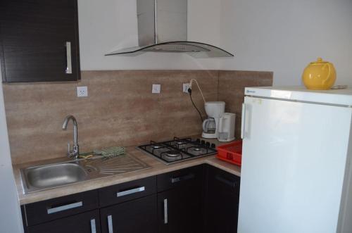 """A kitchen or kitchenette at Gites """"Le Bret"""""""