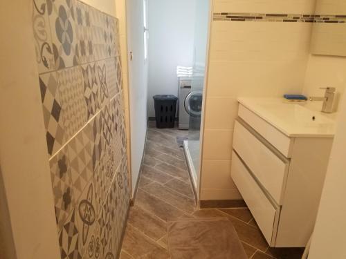 """A bathroom at Gites """"Le Bret"""""""