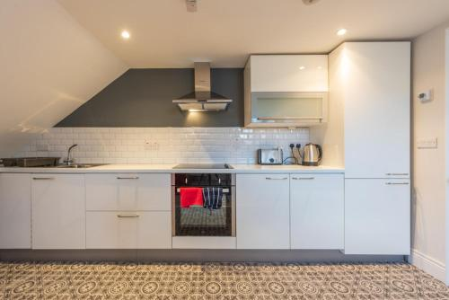 A kitchen or kitchenette at Diamond House Apartments