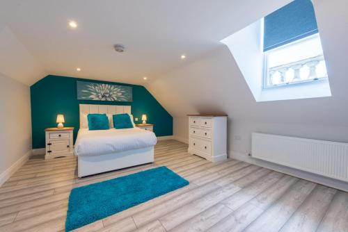 A bed or beds in a room at Diamond House Apartments