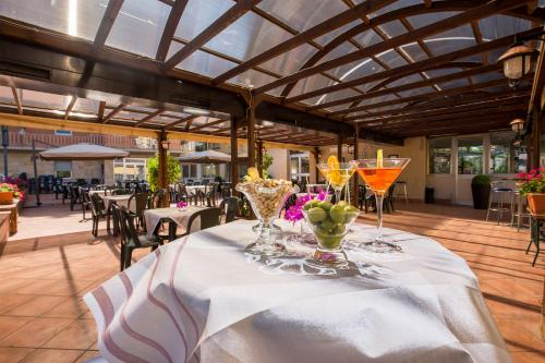 A restaurant or other place to eat at Hotel Casa Tra Noi