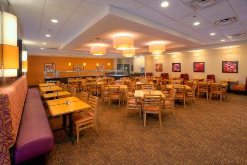 A restaurant or other place to eat at Rosen Inn International Near The Parks