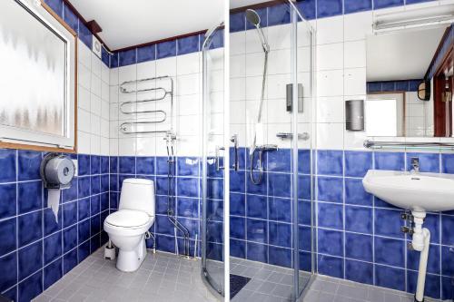 Ett badrum på STF Rygerfjord Hotel & Hostel