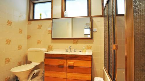 A bathroom at GETAWAY ON GARDEN - FREE WIFI - PET FRIENDLY (OUTSIDE ONLY)