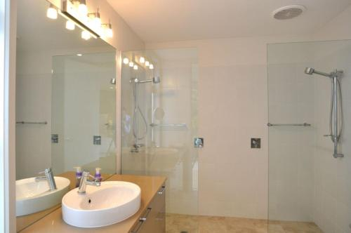 A bathroom at LA MER – CENTRALLY LOCATED – FREE WIFI