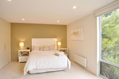 A bed or beds in a room at LA MER – CENTRALLY LOCATED – FREE WIFI