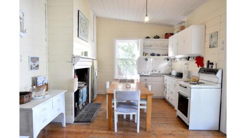 A kitchen or kitchenette at MY FAIR LADY - EXTERNAL BATHROOM - PET FRIENDLY OUTSIDE ONLY