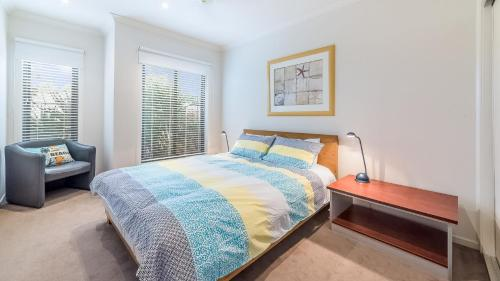 A bed or beds in a room at OCEANS 11 - SURFSIDE - WIFI & FOXTEL - PET FRIENDLY (OUTSIDE ONLY)