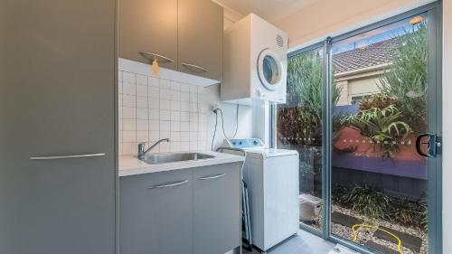 A kitchen or kitchenette at OCEANS 11 - SURFSIDE - WIFI & FOXTEL - PET FRIENDLY (OUTSIDE ONLY)