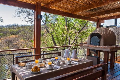 Un restaurant u otro lugar para comer en El 44 Reserva Natural de Tiempo Libre