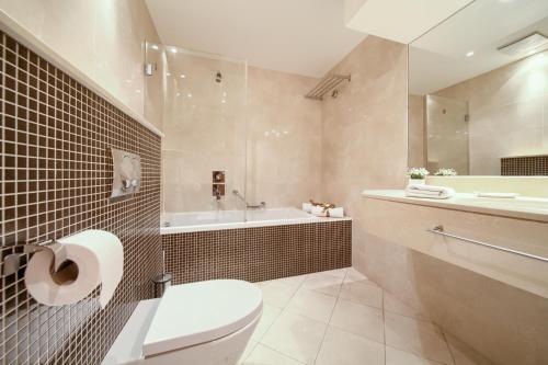 A bathroom at Blue Waves Resort