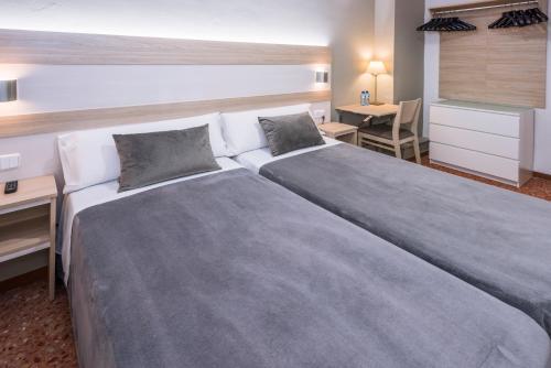 Кровать или кровати в номере Hotel Catalunya Express