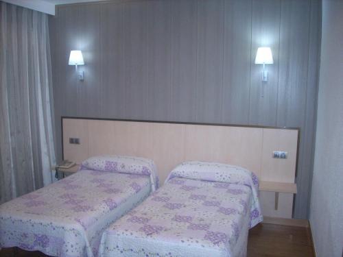 A bed or beds in a room at Hotel Corona de Castilla