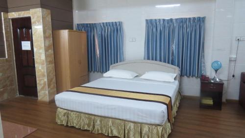 A bed or beds in a room at MK Hotel