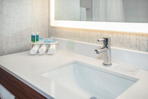 Ванная комната в Holiday Inn Express & Suites Medicine Hat