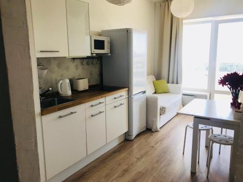 A kitchen or kitchenette at Apartment KakDoma na Izhorskogo 15