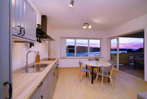A kitchen or kitchenette at Sunset House