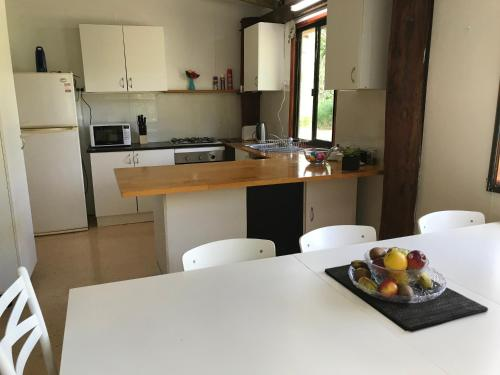 A kitchen or kitchenette at Cosy Country Cottage