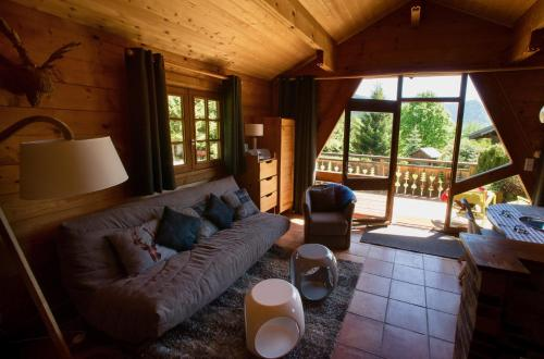 A seating area at Le Petit Skieur B&B