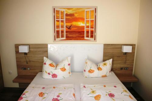 A bed or beds in a room at Pension Alice