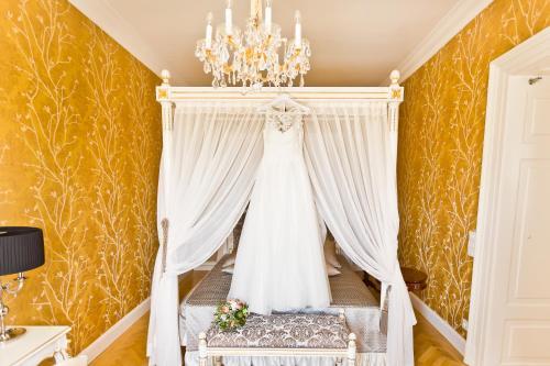 Postel nebo postele na pokoji v ubytování Schloß Schönbrunn Grand Suite