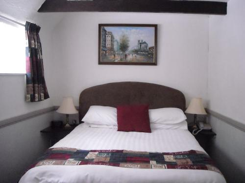 A bed or beds in a room at Townstal Farmhouse