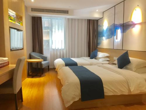 A bed or beds in a room at Guangzhou Hongcheng Hotel