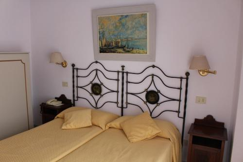 A bed or beds in a room at Hotel Villa Mora