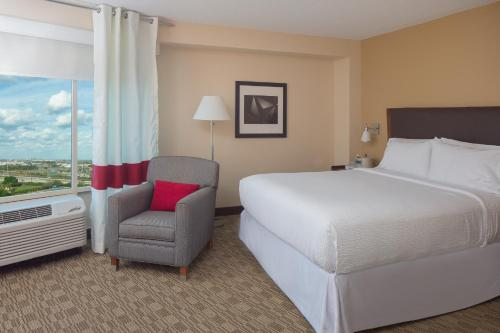 A bed or beds in a room at Four Points by Sheraton Orlando International Drive