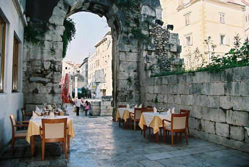 Restoran ili neka druga zalogajnica u objektu Hotel Peristil