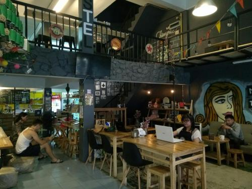 A restaurant or other place to eat at Norn Nung Len Cafe'&Hostel