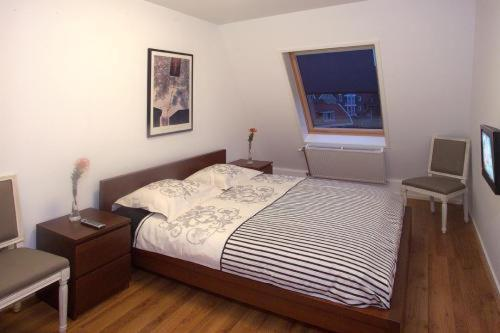 A bed or beds in a room at DV Groep Bed & Breakfast