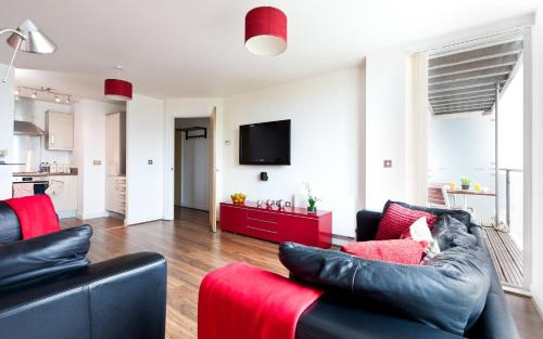 Apartment with 2 Zip and Link Beds and 2 Sofa Beds with Balcony in Central Milton Keynes - Free Parking and Smart TV - Contractors, Relocation, Busine