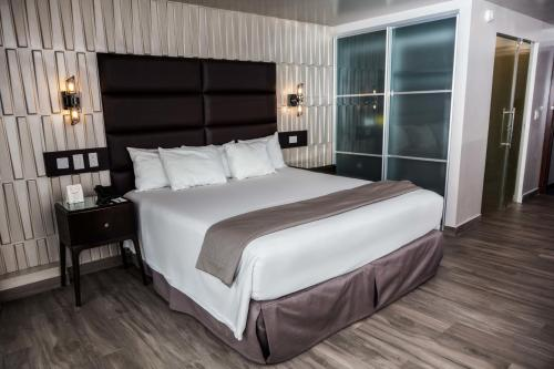 A bed or beds in a room at Plaza Paitilla Inn
