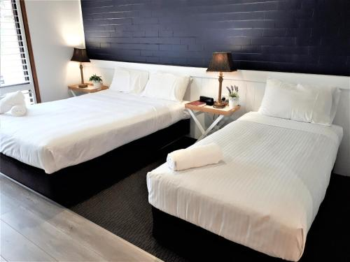 A bed or beds in a room at Kurri Motor Inn