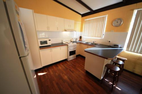 A kitchen or kitchenette at Beach Unit 5 at Hat Head
