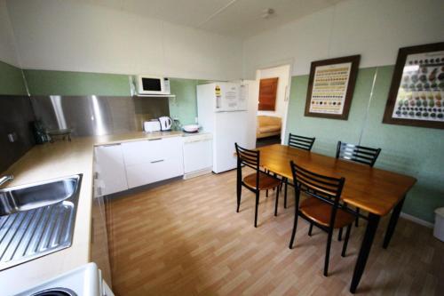 A kitchen or kitchenette at Bonnydoon at Hat Head (Pet Friendly)