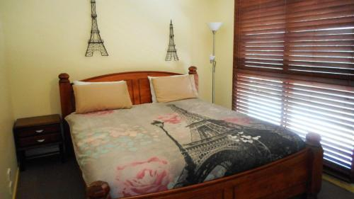 A bed or beds in a room at Lees By The Sea at South West Rocks
