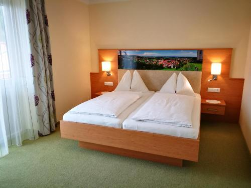 A bed or beds in a room at Hotel Restaurant zum Schwan