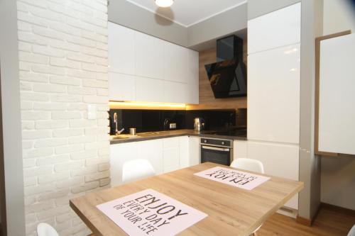 A kitchen or kitchenette at Apartament White Garnizon