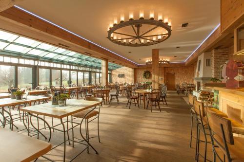 Ein Restaurant oder anderes Speiselokal in der Unterkunft DIE POST Landgasthof Aufkirchen