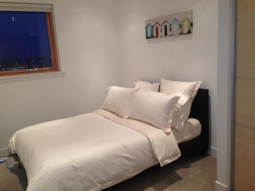 A bed or beds in a room at Suite 16 Glasgow