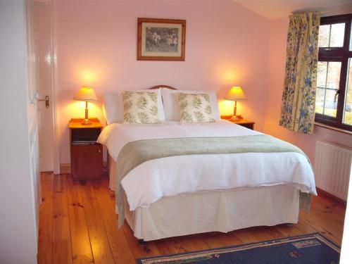 A bed or beds in a room at Maryville Bed and Breakfast