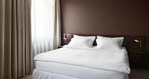 A bed or beds in a room at Hotel Holt